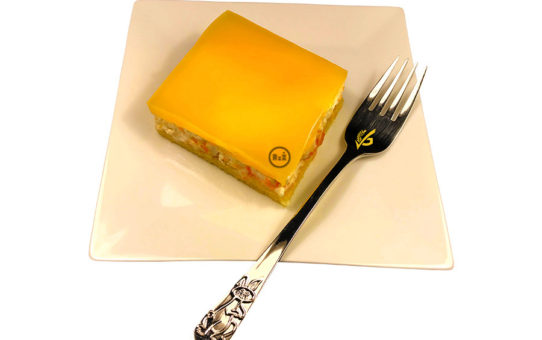 Bezlepkové mandarinkové řezy žluté barvy jako dezert s vidličkou na bílém čtvercovém talíři s bílým pozadím | Bezlepkové mandarinkové řezy | Bezlepkové recepty | 43. recept