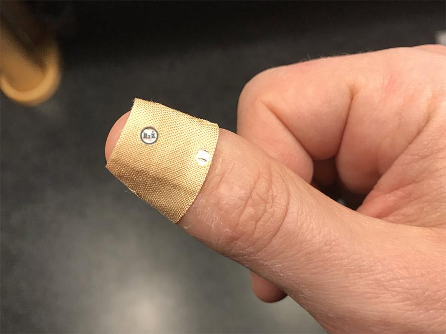 Fotografie palce s náplastí na kožní prasklině   1. den - použijte náplast