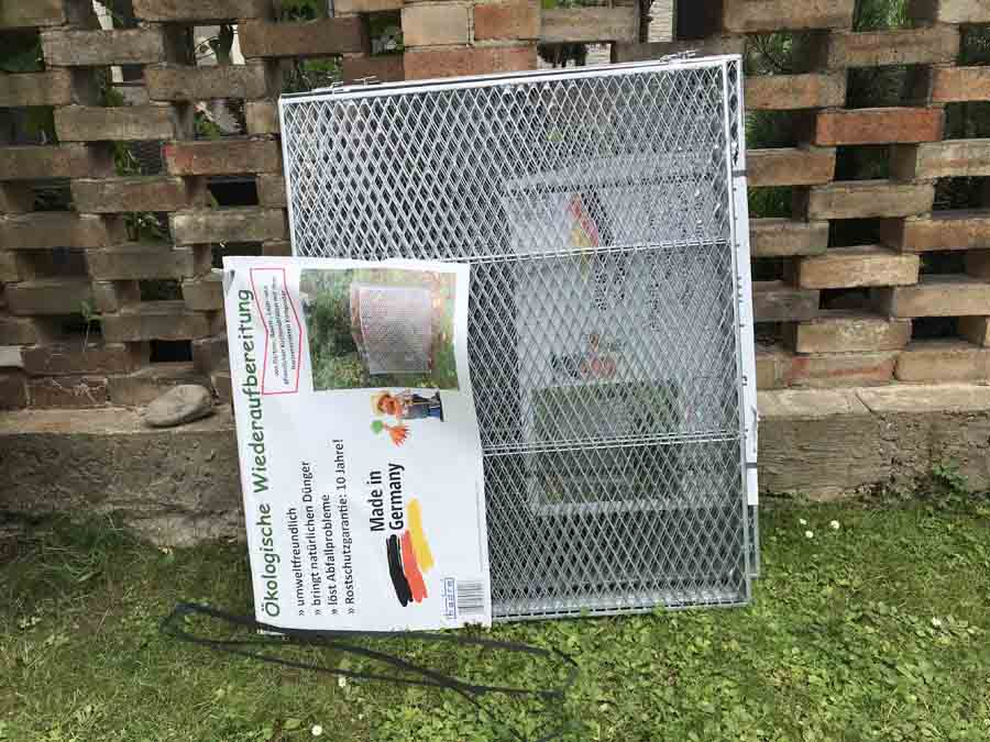 Balení kompostéru německé výroby - položené na trávě na zahradě   Kompostér pro zahradní kompost   radyzezivota.cz
