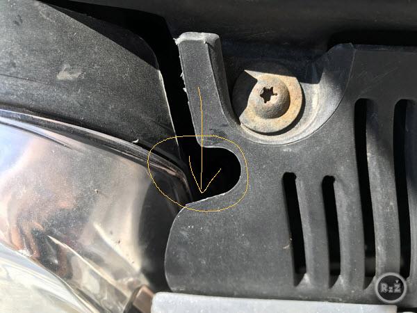 fotografie otvoru, kde je umístěn pravý spodní šroub, který je nutné uvolnit