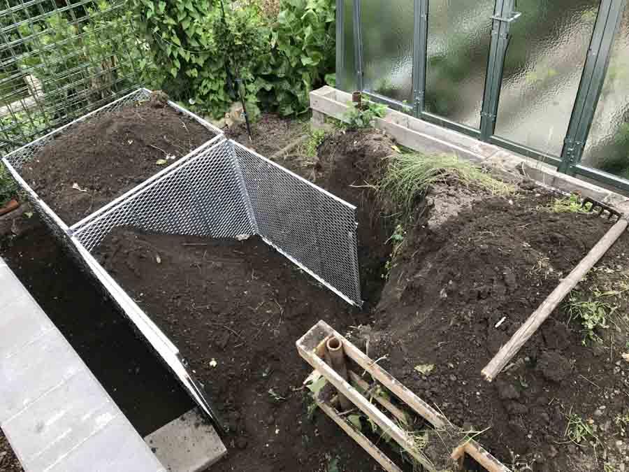 Sestavení 2. kompostéru a naplnění hlínou/kompostem   radyzezivota.cz