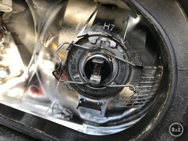 fotografie - žárovka zaklapnuta spínacím drátkem - Výměna žárovky předních světel | Volkswagen Sharan | Auto | Udělej si sám