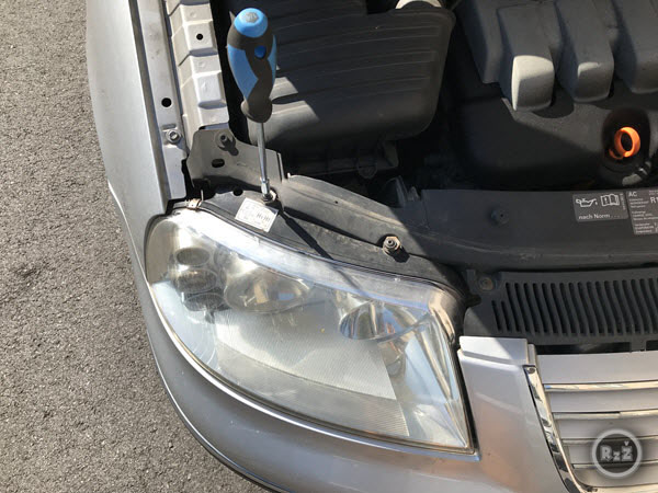 fotografie utažení horních šroubů předního světlometu - Výměna žárovky předních světel | Volkswagen Sharan | Auto | Udělej si sám