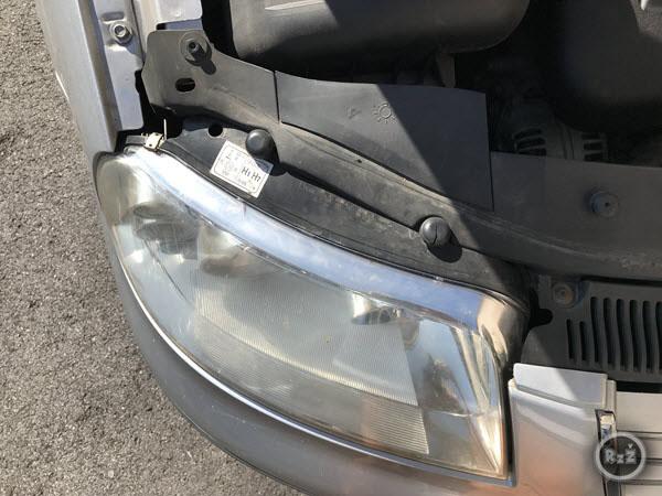 fotografie kde je již žárovka vyměněna - auto je připraveno - Výměna žárovky předních světel   Volkswagen Sharan   Auto   Udělej si sám