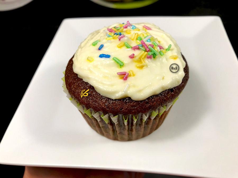 Fotografie bezlepkového čokoládového muffina na bílém talíři   Bezlepkové čokoládové muffiny