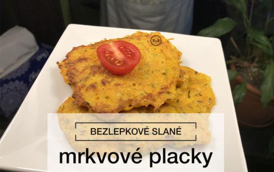 Fotografie Bezlepkových mrkvových placek na bílém talíři v pozadí kuchyňská linka | Bezlepkové mrkvové placky | Bezlepkové recepty Rady ze života