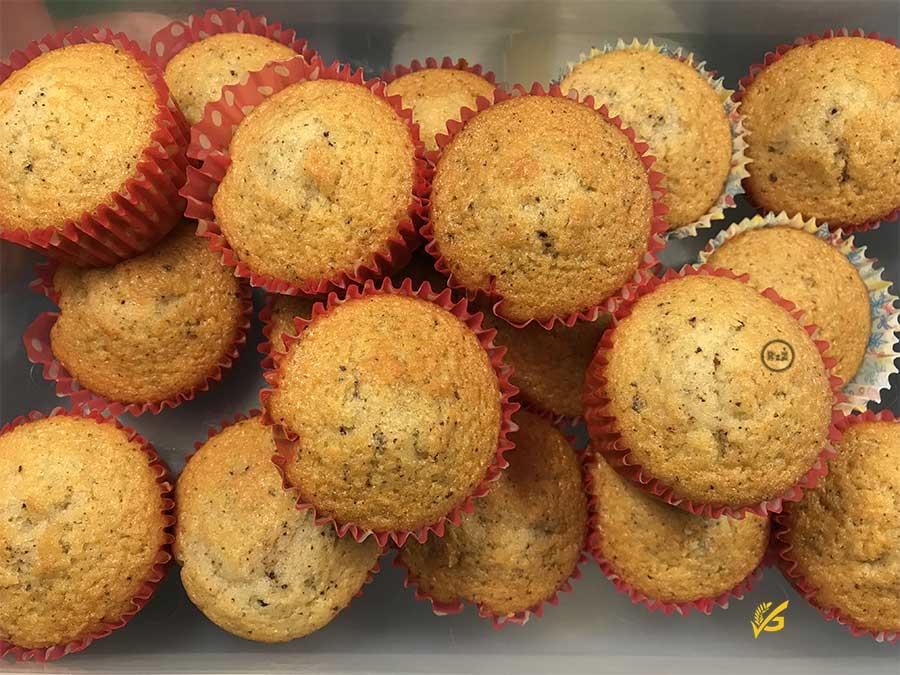 Bezlepkové muffiny s čokoládou v barevných papírových košíčcích položených v dóze | Bezlepkové recepty Rady ze života