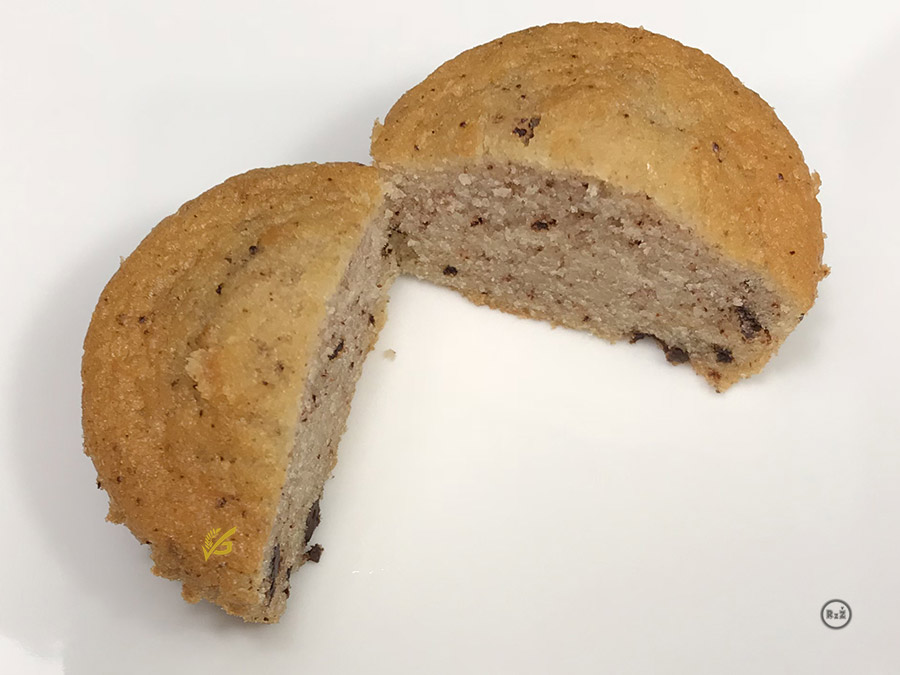 Bezlepkové muffiny s čokoládou rozřízlé na půl bez košíčku aby byla vidět krásná struktura | Bezlepkové recepty Rady ze života