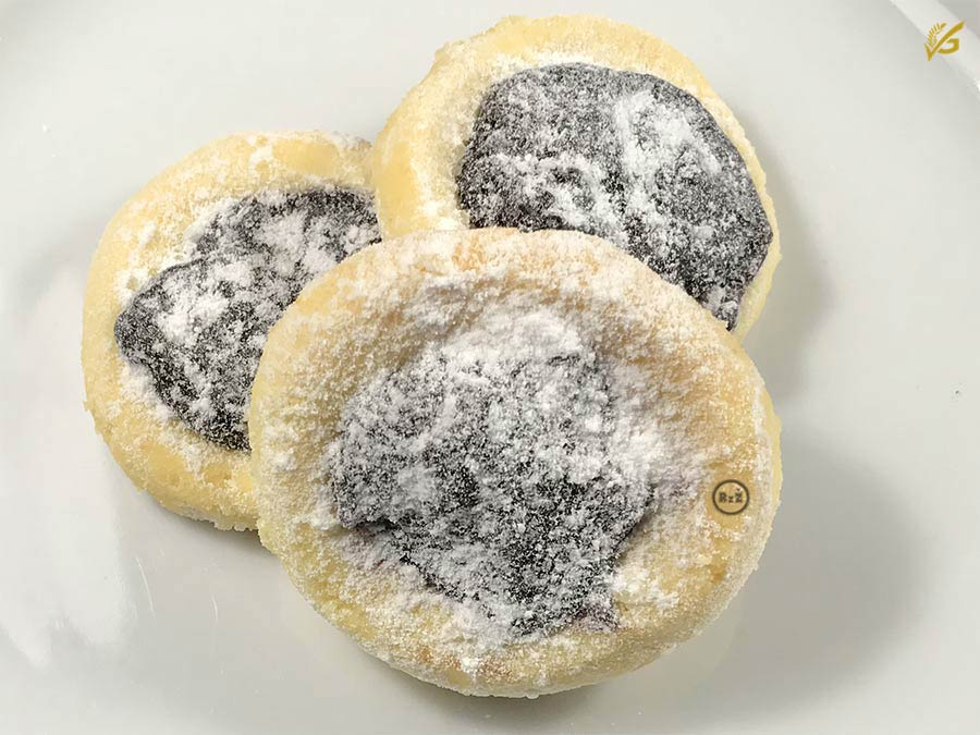 3 Bezlepkové nekynuté koláčky na bílém talíři více z blízka, než u úvodního obrázku | Moučník | Bezlepkové recepty | 39. recept