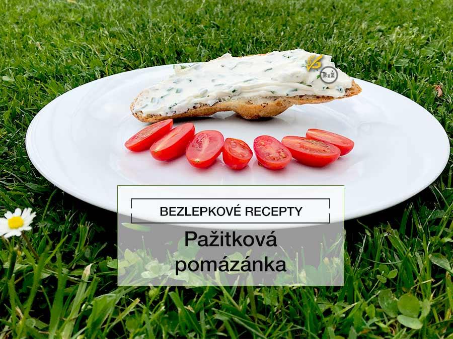 Pažitková pomazánka na rohlíku na talíři s cherry rajčaty na pozadí tráva   Bezlepkové recepty radyzezivota, Autor receptu: Tereza Samuelová, Autor fotografie: Jiří Samuel