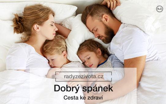 Rodina 2 dospělých - ženy a muže s 2 dětmi klidně a spokojeně ležící v posteli bíle povlečené | K článku - Dobrý spánek | Autor článku: Jiří Samuel, na radyzezivota.cz | Zdroj fotografie: shutterstock