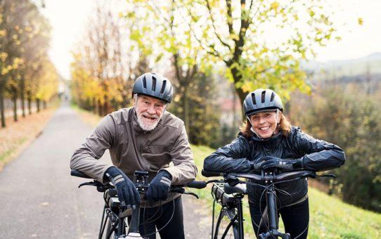 Muž a žena důchodového věku držící elektrokolo | Elektrokolo | Source: shutterstock.com