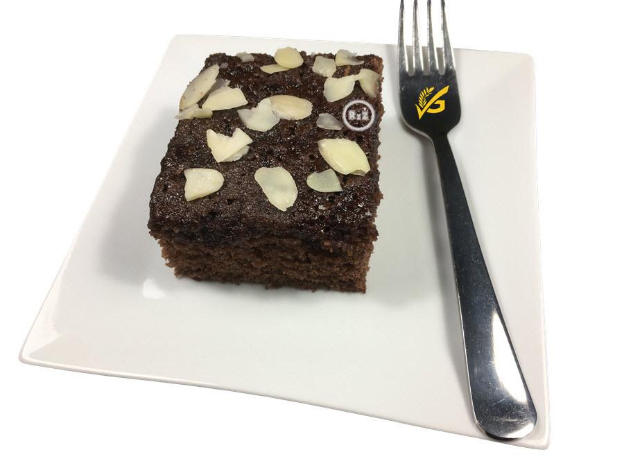 Bezlepkový řez posypaný na jemně nakrájenou mandlí (řez má tmavě hnědou kakaovou barvu) | Bezlepkové řezy šalamoun | Bezlepkové recepty Rady ze života