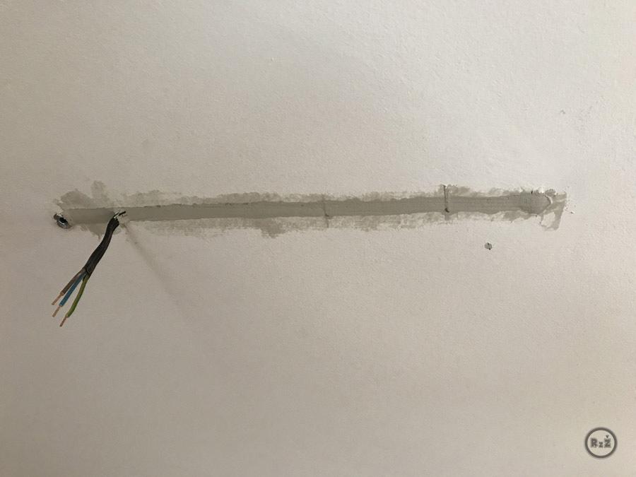 kabel vložený ve vydlabaném sádrokartonu je 1. vrstvou zatmelený | Rady ze života