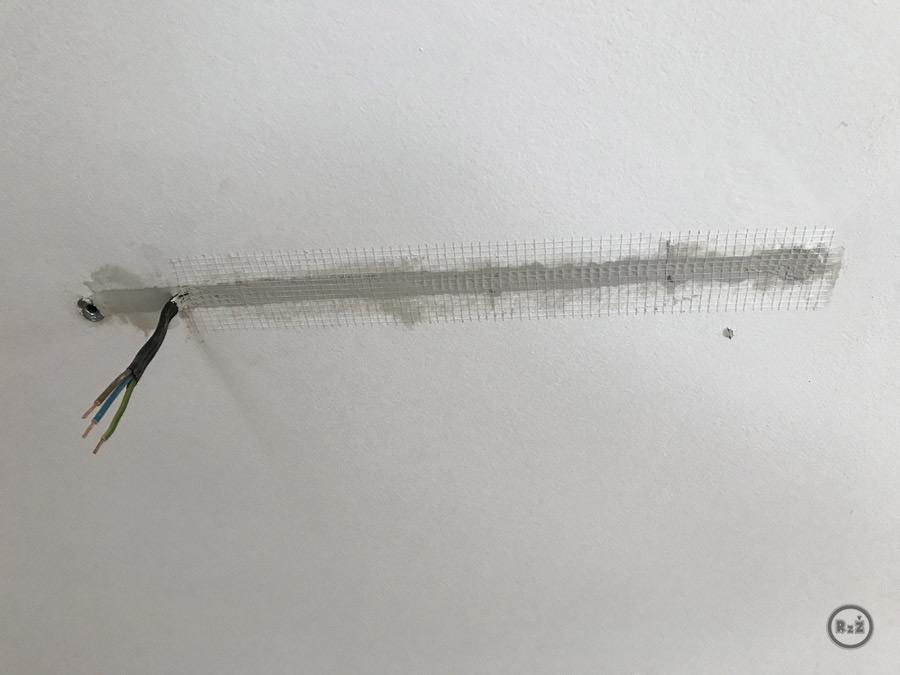 fotografie zatmelený otvor v sádrokartonu kde je uložený kabel - posunutí kabelu pro světlo | Rady ze života