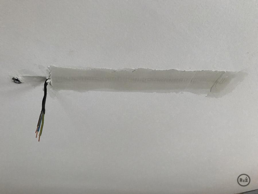 zatmelený kabel pro světlo v sádrokartonu - již zaschlý tmel (nyní je potřeba začistit tmel do roviny a pak přetřít bílou barvou | Rady ze života