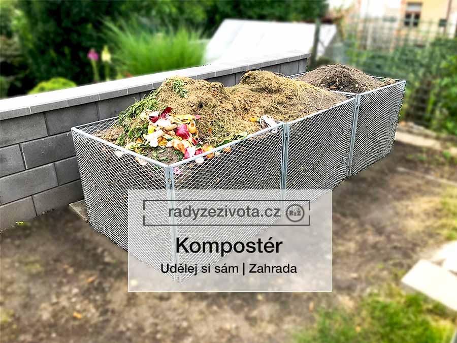 3 kompostéry z pozinkované oceli stojící vedle sebe a naplněné kompostem v pozadí zahrada a stěna