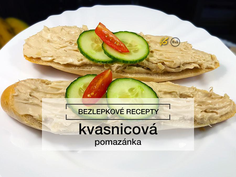 Fotografie kvasnicová pomazánka na rohlíku rozetřená na dvou půlkách s okurkou a rajčatem na talíři | Bezlepková kvasnicová pomazánka | Bezlepkové recepty