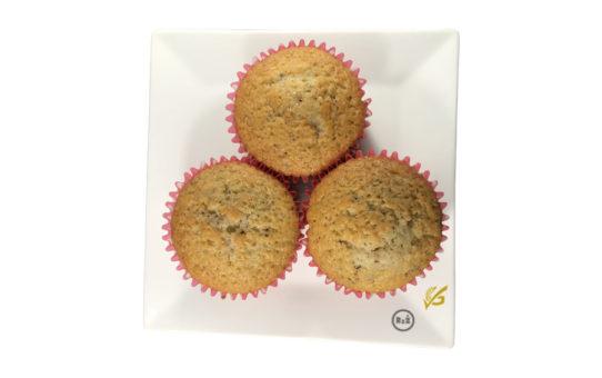Bezlepkové muffiny s čokoládou v růžových papírových košíčcích na bílém čtvercovém talířku s bílým pozadím | Bezlepkové recepty Rady ze života