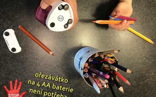 Fotografie - koláž rukou, tužek, ořezávátka na baterie s nápisem, autor: Jiří Samuel (radyzezivota.cz)