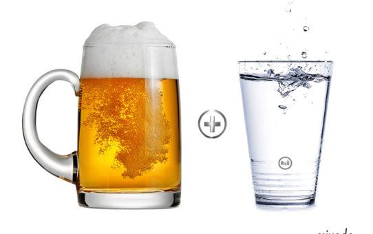 Půllitr s uchem naplněným pivem s vedle stojící sklenicí kohoutkové vody (mezi sklenicemi je symbol plusu) | Kocovina a jak na ni? | Jediný funkční tip | Pivoda a Vínoda | Zdraví