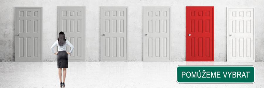 Žena stojící přede dveřmi | Pomůžeme Vám vybrati si správné dveře | Zdroj: shutterstock.com