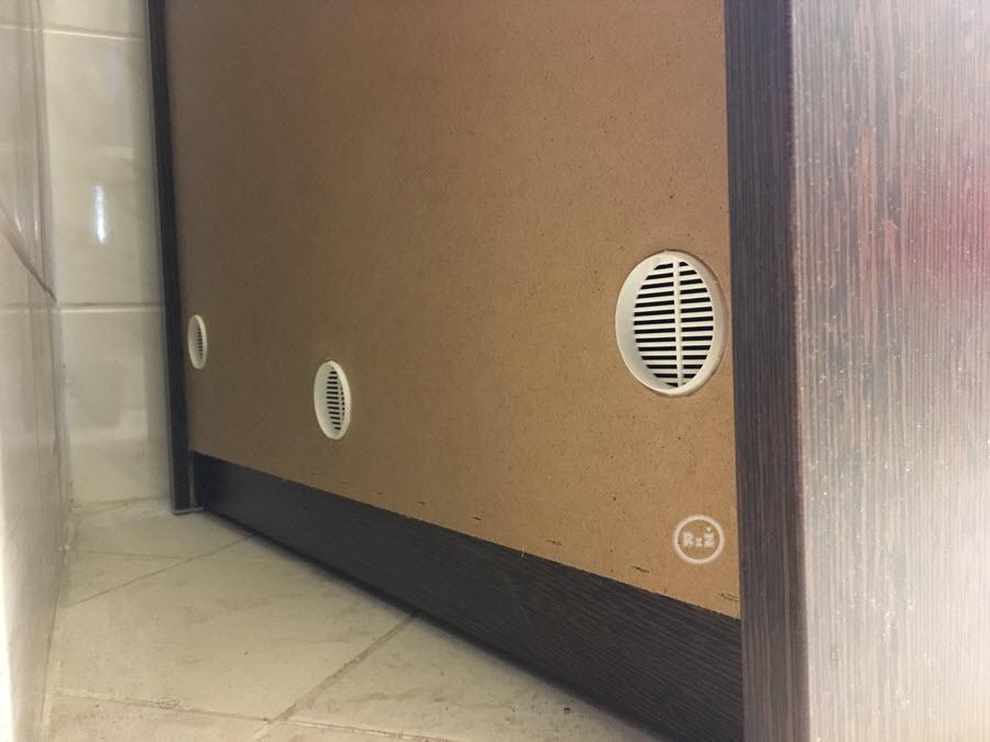 Záda skříňky také se 3 odvětracími průduchy, díky kterým můžete předcházet plísním | Jak na plíseň? | Prevence | Jak se jí zbavit? | 2.díl | Udělej si sám