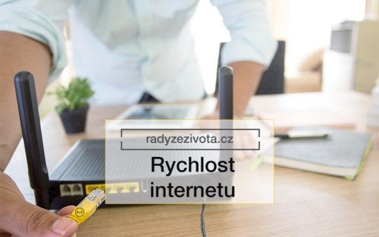 Obrázek muže zastrkující internetový kabel RJ45 do modemu nebo routeru pro připojení internetu   ilustrační fotografie pro článek Rychlost internetu   Rady ze života   Zdroj: shutterstock.com
