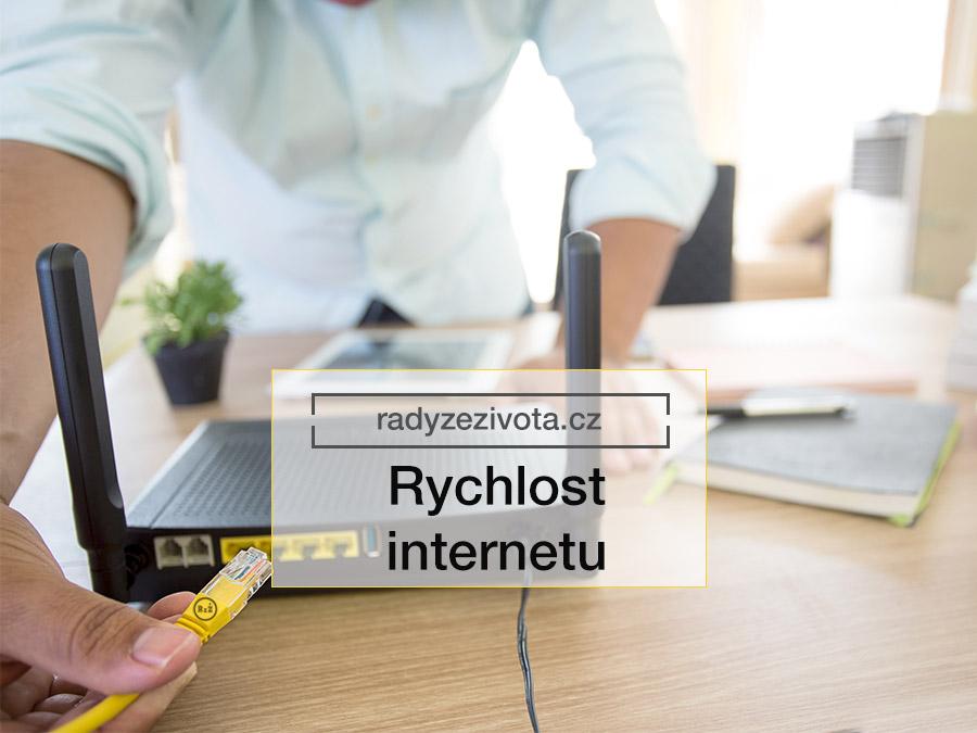 Obrázek muže zastrkující internetový kabel RJ45 do modemu nebo routeru pro připojení internetu | ilustrační fotografie pro článek Rychlost internetu | Rady ze života | Zdroj: shutterstock.com
