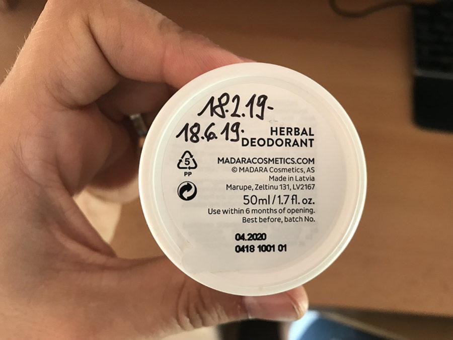 Fotografie mého přírodního tekutého deodorantu Mádara (roll-on) - ve spodní části datum poukazující na výdrž až 4 měsíce