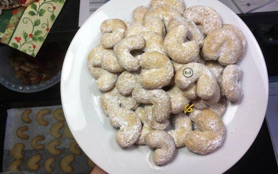 Bezlepkové vanilkové rohlíčky na talíři v pozadí kuchyně   Bezlepkové recepty