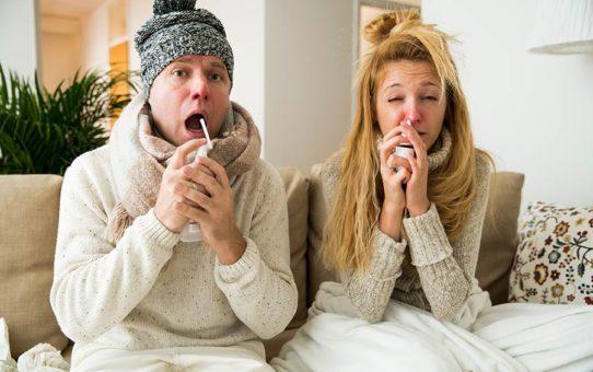 Ilustrativní foto pro článek Zadní rýma a její léčba | Žena a muž sedící doma nachlazení v rukou držící nosní kapky či sprej majíc červené nosy - mají rýmu a nevypadají vůbec dobře (Zdroj: shutterstock.com), článek: Zadní rýma a její léčba