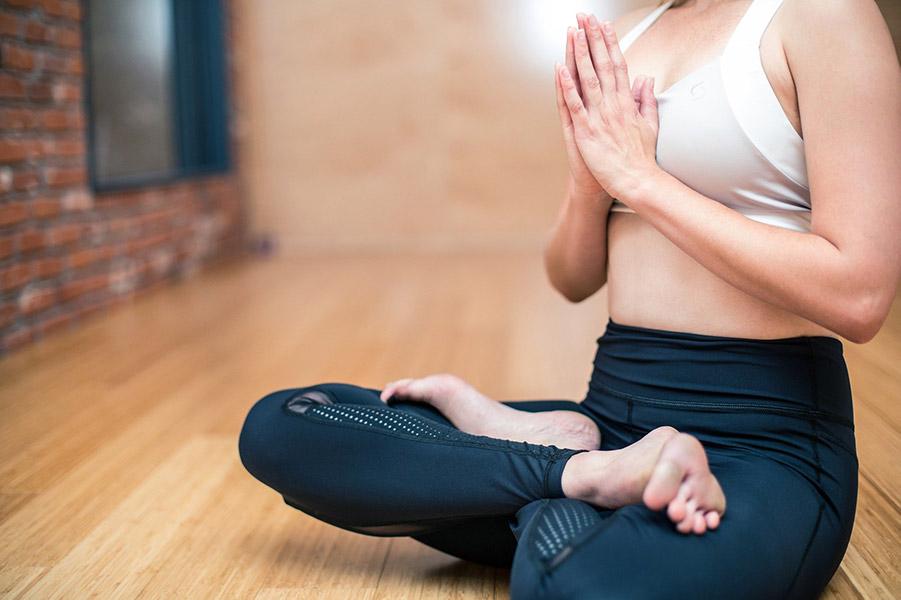 Fotografie ženy se skříženýma nohama do tureckého sedu (jóga postoj) značící meditující, sílu a zdraví | zdroj: pixabay | radyzezivota.cz