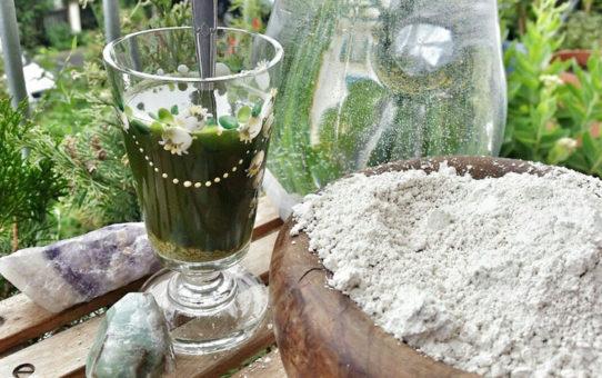 Křemelina ve sklenici rozmíchaná s vodou po pravé straně křemelina v podobě bílého prášku | Přírodní detox a odkyselení | Pryč s parazity! | Zdraví