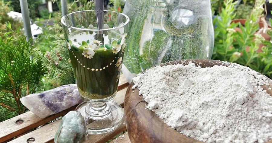 Křemelina ve sklenici rozmíchaná s vodou po pravé straně křemelina v podobě bílého prášku   Přírodní detox a odkyselení   Pryč s parazity!   Zdraví